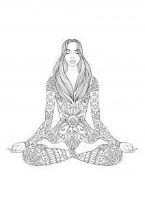 Femme assise en position du lotusa
