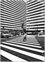 coloriage adulte marcher dans une grande ville