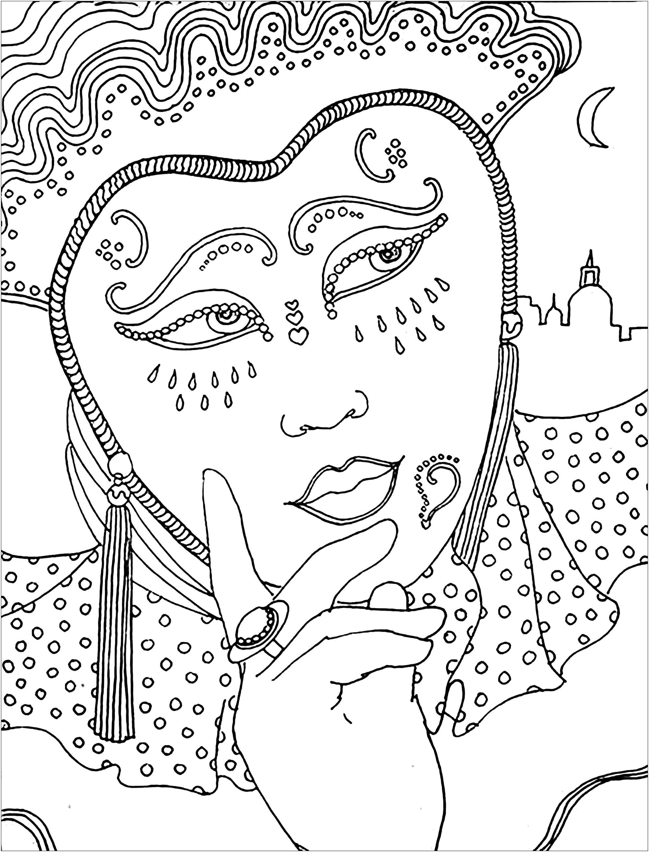 Femme pensive, avec un beau masque et une belle robe de parade, pendant le Carnaval
