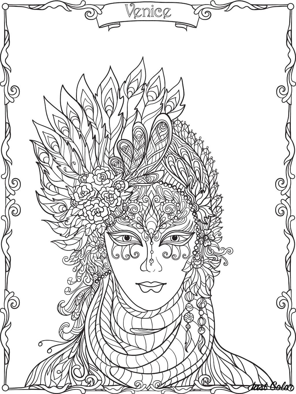 Jolie participante du Carnaval de Venise, avec son masque et son chapeau à plumes
