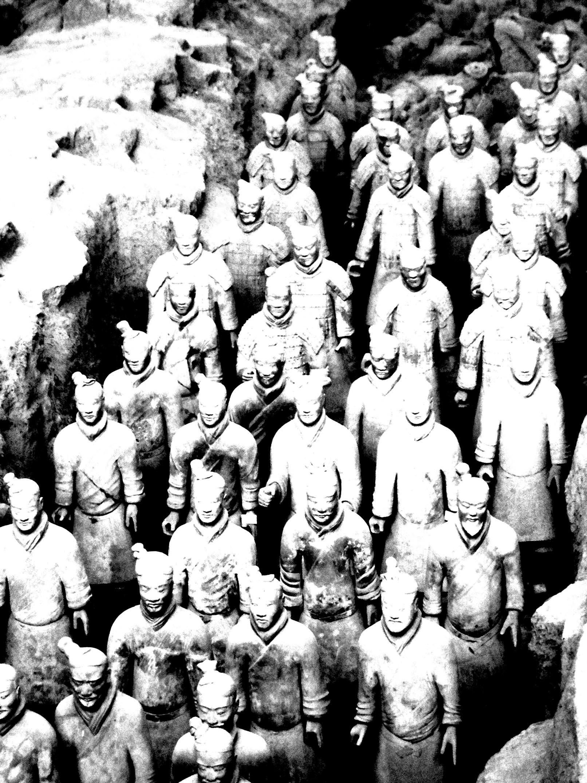 Les fameuses statues de soldats de Xian, photo noir et blanc au contraste accentué | A partir de la galerie : Chine Asie