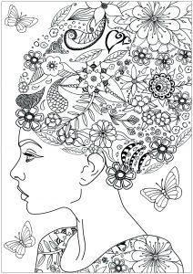 Femme aux cheveux fleuris