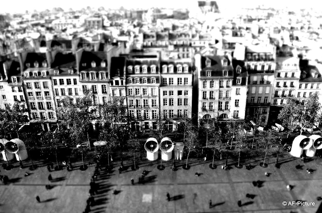Immeubles typiques de Paris (Haussmann) vus depuis le Centre Pompidou. Une magnifique photo, qu'il vous faut maintenant colorier | A partir de la galerie : Paris