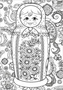 Jolie poupée russe et fond avec motifs fleuris
