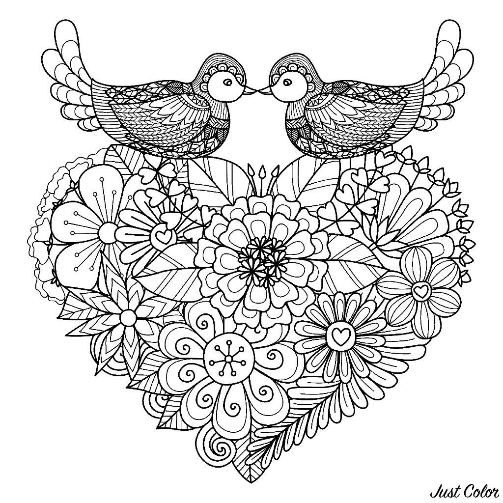 Deux oiseaux symétriques avec de beaux motifs, posés sur un coeur plein de fleurs