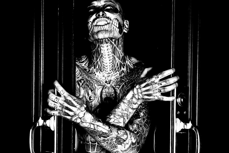 Photo noir & blanc de Rick Genest et ses tatoos !