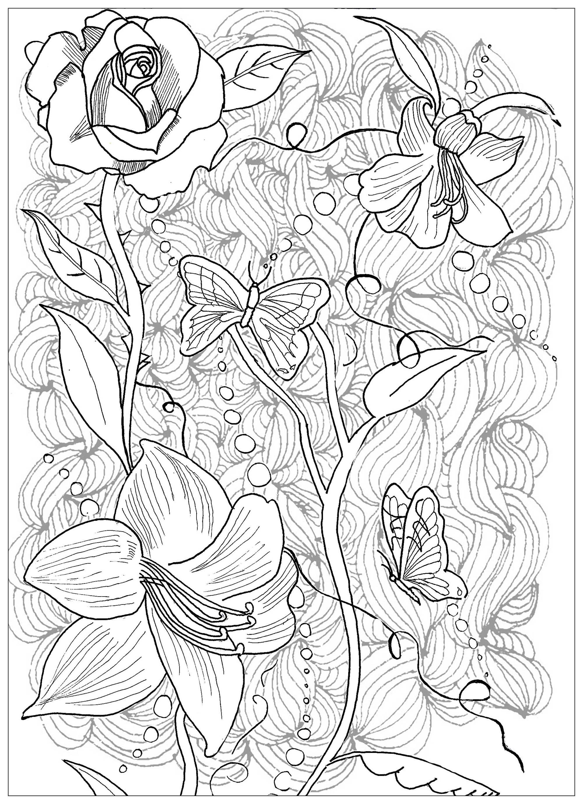 Un magnifique tatouage de fleurs et de papillons avec un fond composé de motifs harmonieux
